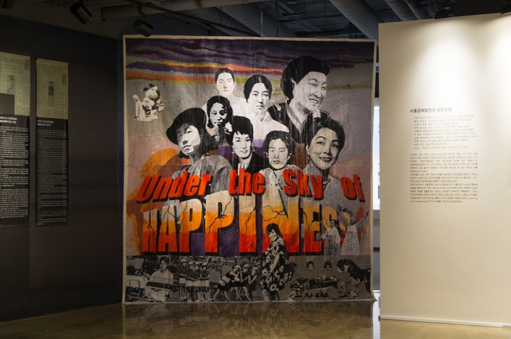 Young In Hong, Under the Sky of Happiness, 2013 Embroidery on Cotton, 270 x 300 cm PRESSEUM, Ilmin Museum of Art, Seoul Photography : Courtesy PRESSEUM, Ilmin Museum of Art